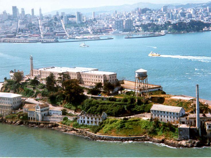 Alcatraz è un'isola a 2,4 km dalla terraferma situata nella baia di San