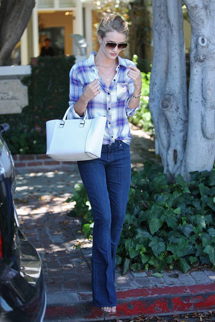 Rosie Huntington-Whiteley Evocando una estética puramente 70's,Rosie Huntington-Whiteleyse dejó ver por L.A. con un camisa de cuadros deRails, pantalones vaqueros de silueta campana deFrame Jeans, bolso de asa corta en color blanco firmado porVictoria Beckham, sandalias deChloé, gafas de sol ahumadas deTom Fordy joyas deAnita Ko.
