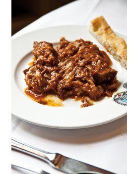 Gestoofd rundvlees met tomatensaus, uien en salie