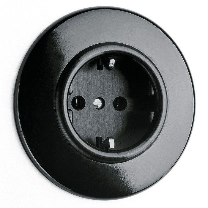 Eluttag svart bakelit / Electrical socket, bakelite http://www.byggfabriken.com/sortiment/strom/infalld-svart-bakelit/info/produkter/710-222-jordat-vaegguttag/