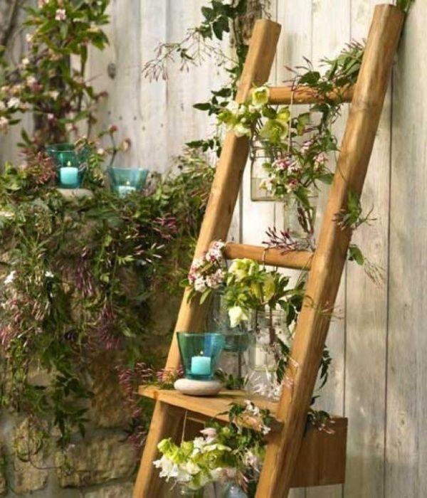 Вертикальная клумба из старой лестницы