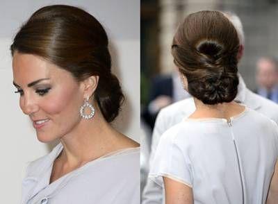 Comme toujours, Kate Middleton est très élégante grâce à ce gros et ravissant chignon. Après avoir séparé ses cheveux sur le côté, son coiffeur les a bien tirés vers l'arrière et a formé un chignon original très bas dans la nuque.