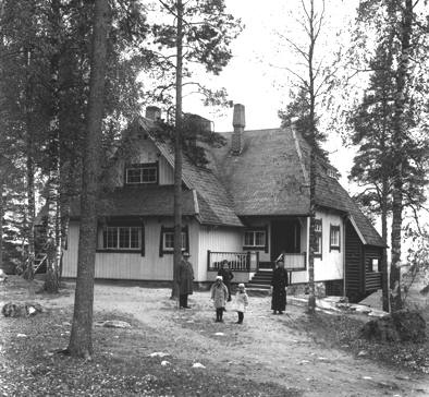 Ainola, home of #Sibelius in 1915. Jean, Margareta, Katarina, Heidi and Aino Sibelius are all in the picture.