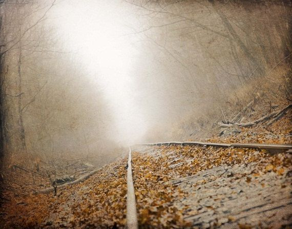 Ferrovia della nebbia paesaggio fotografia di ShadetreePhotography
