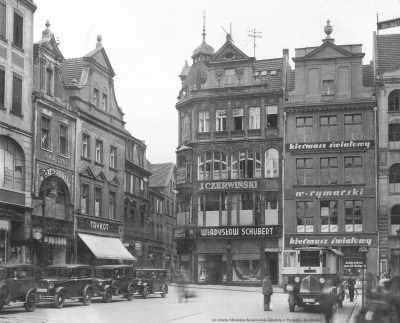(1934) Stary Rynek, wylot ul. Rynkowej. Budynek z reklamą: TRYKOT - był własnością prezydenta miasta, Cyryla Ratajskiego. Obecnie jest to Muzeum Henryka Sienkiewicza.