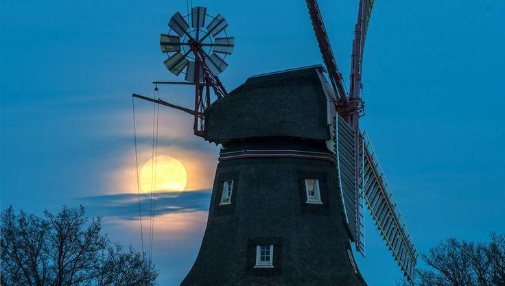 Der Fast-Vollmond über der Oberneuländer Mühle in Bremen