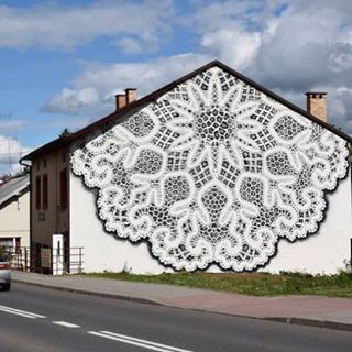 Bobbin Lace Mural par NeSpoon - dentelle et napperon version street art. Infos et images dans l'article. #journaldudesign #art #streetart #painting #dentelle  www.journal-du-design.fr  #design #instadesign #designer #archi #architecture #art #artcontemporain #artist #photo #photographie #magazine #street #streetart #tattoo #peinture #tendance #trend #trends #creative #graphic #nofilter #tatouage #graphisme #playlist