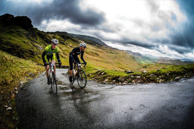 Dos ciclistas sufren en Hardknott pass.