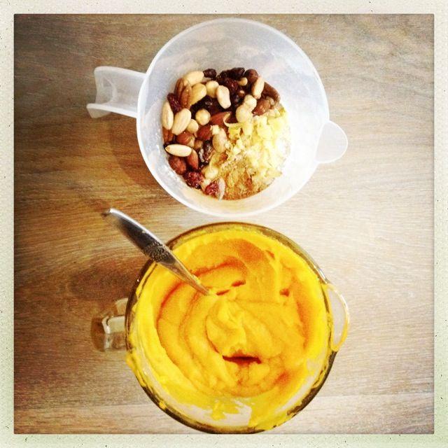 Een makkelijk recept voor een gezonde pompoencake met noten, gember en honing. Erg leuk om met of voor je (oppas)kinderen te maken!