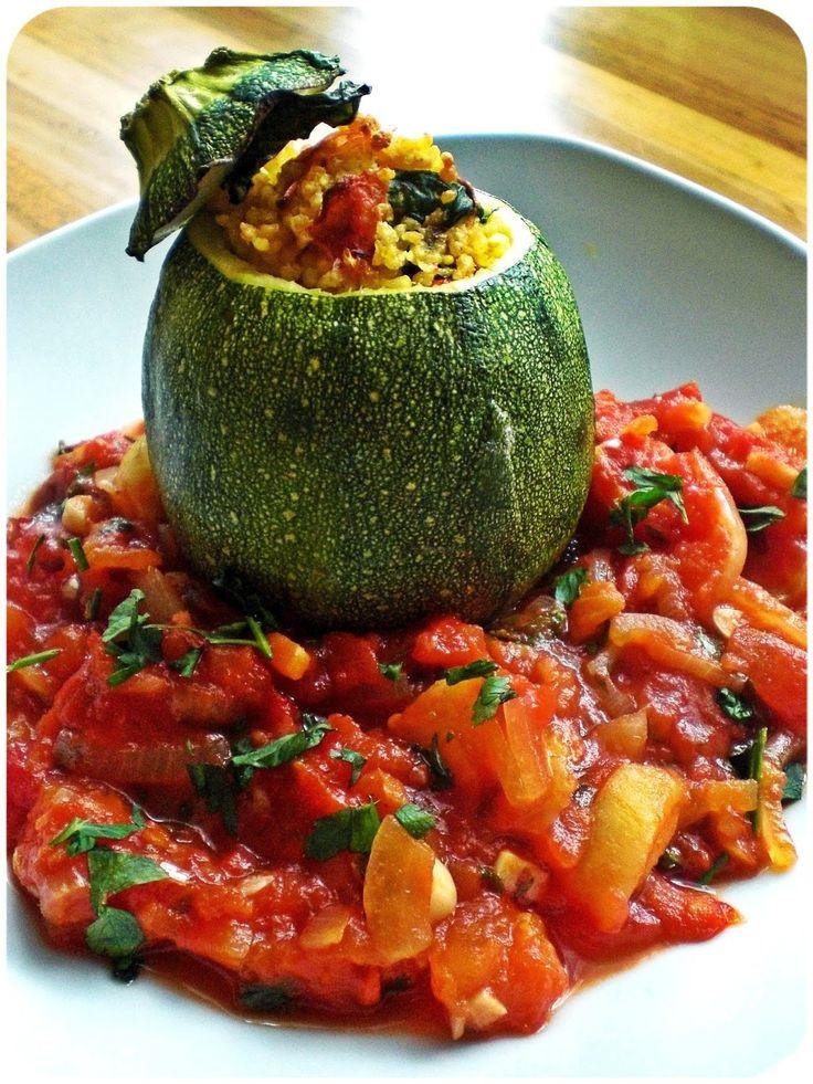 (2 Portionen)       2 (runde) Zucchini      100 g Hirse   300 ml Gemüsebrühe   2 Frühlingszwiebel, in dünne Ringe geschnitten   2 Kno...