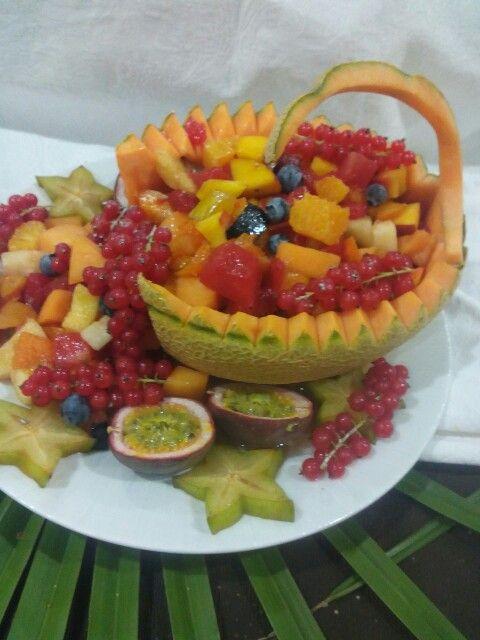 Cigno di melone con frutta