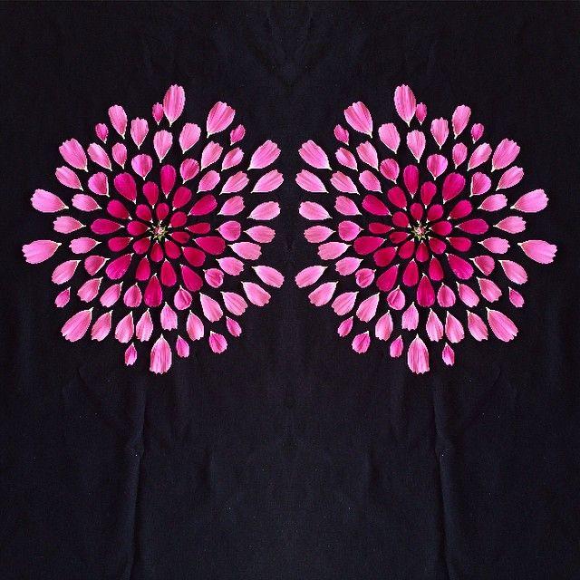 Det är ju klart att jag vill vara med och stödja forskningen om bröstcancer och antar utmaningen jag fick av både @annacate och @livingwithlt. Så här ser den ut: 1. Köp Rosa Bandet. 2. Lägg ut en bild och tagga den med #rosabandetchallenge. 3. Skicka utmaningen vidare till fem vänner inom 24 timmar. Nu undrar jag om @diadonna @stylisttinahellberg @ullis_feminasverige @kawaspics och @addsimplicity vill vara med? Tidskravet klarade inte jag och det var inte helt lätt att hitta Rosa Bandet…