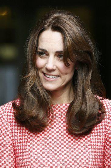 Zdjęcia tej kreacji obiegły cały świat.Księżna Kate swoimi kreacjami wzbudza zachwyt i podziw wszystkich kobiet na świecie. Ksieżna Katewraz z ksieciem Williamem odwiedziła organizacje charytatywne, ubrała sukienkę londyńskiej marki Eponine. Idealnie skrojony czerwono-biały komplet sprawił, że księżna Kate wręcz promieniała. Czarne szpilki i pasująca do nich malutka torebka dodały klasy całej stylizacji. Sukienka w mgnieniu