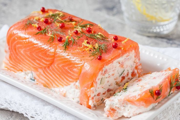 Il tronchetto al salmone è un antipasto elegante, facilissimo da preparare e perfetto per situazioni formali o giorni di festa. Ecco la ricetta
