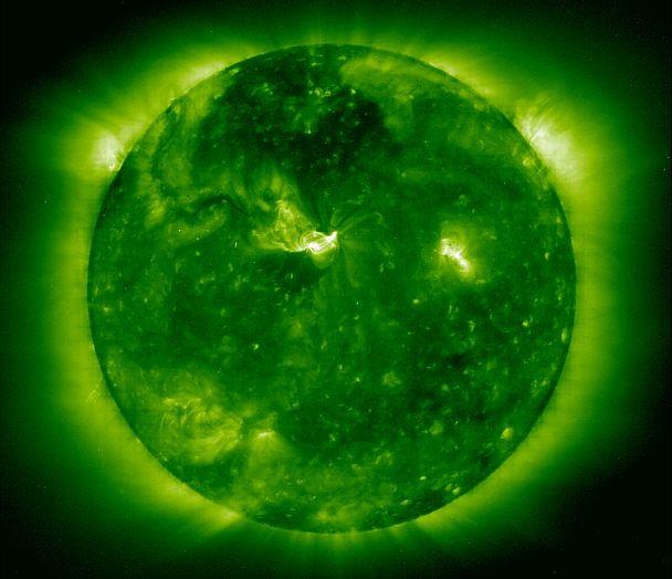 El Sol está a unos 149 millones de km. de la Tierra, es decir unas 380 veces más que la Luna. La luz del Sol, viajando a 300. 000 km/seg. , emplea ocho minutos para llegar a la Tierra. La distancia Tierra-Sol ha sido adoptada por los astrónomos como unidad de medida en el Sistema Solar y se llama Unidad Astronómica o más simplemente UA.