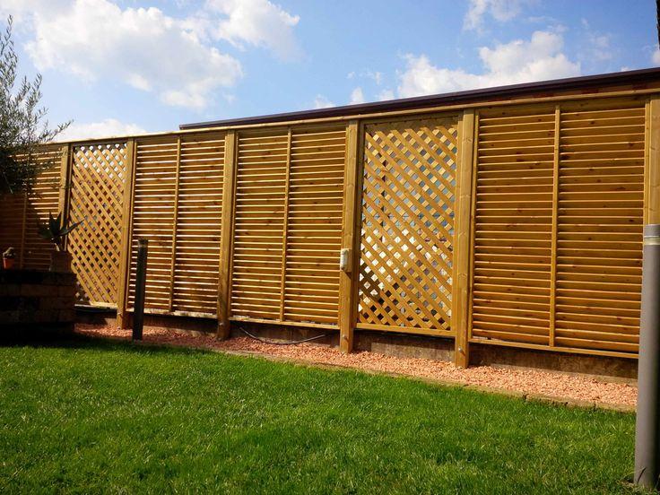 Barriera di pannelli alternati frangivista e grigliati
