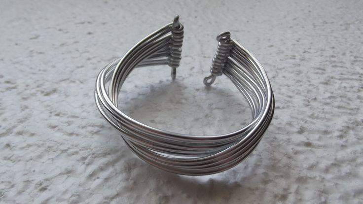 Bracelet en fil aluminium argenté : Bracelet par merveilles-d-oliphie