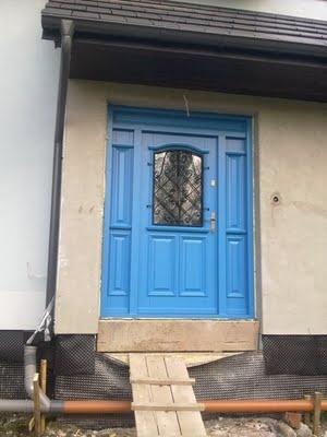 niebieskie drzwi wejściowe