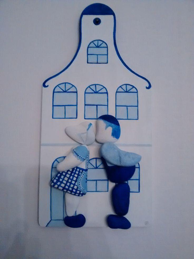 """Wandbord """"Boer en Boerinnetje"""", Pebble-art, kiezels op voormalige snijplank, Delfts Blauw afgewerkt. (Verkocht)"""