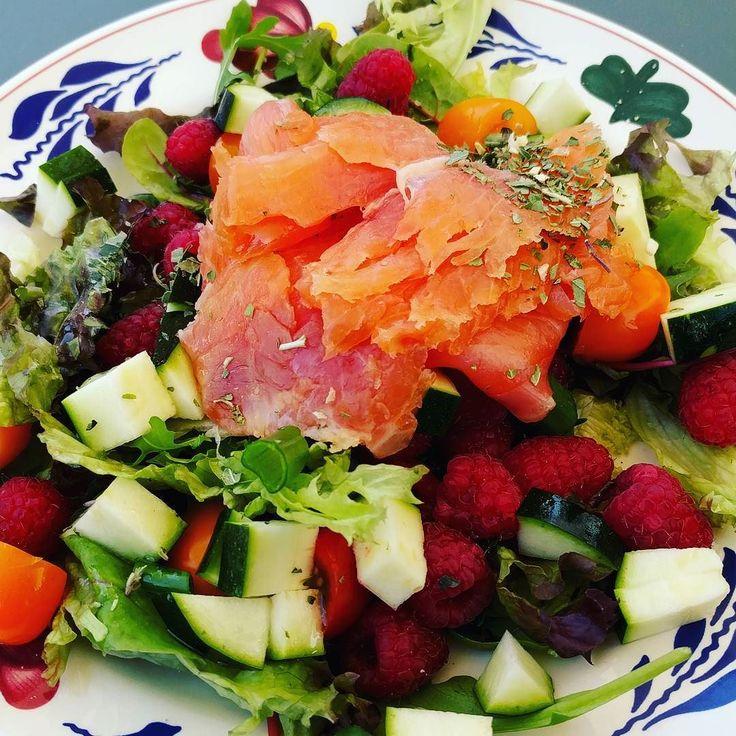 Dit mooie weer verdient een salade  Rucola Slamelange courgette lenteui tomaatjes frambozen en gerookte zalm  #afvallenmetbregje #afvallen #koolhydraatarm #lowcarb #eiwitten #proteine #gezond #gripopkoolhydraten #gok #lowfat #lowcarbdiet #ketodieet #lowcarbhighfat #lchf #Atkins #groenten #diabetes