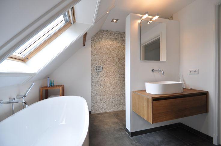 www.herijgers.nl Sfeervolle badkamer met beton-look tegels, mozaiek wanden, inbouwkranen, maatwerk badmeubel van Herijgers en een Vrijstaand bad.