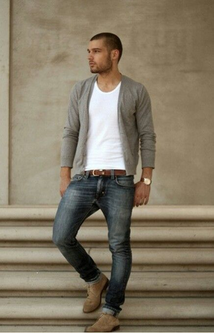 Los jeans azules con una camiseta blanca, zapatos morenos, y camisa gris. Es muy casual para mi y me gusta los colores.