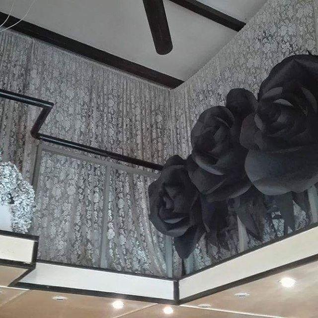 fiori di carta giganti #paperflowers #paperose #giantpaperflowers #backdrop #installation #windowsdisplay #vetrine #mfw