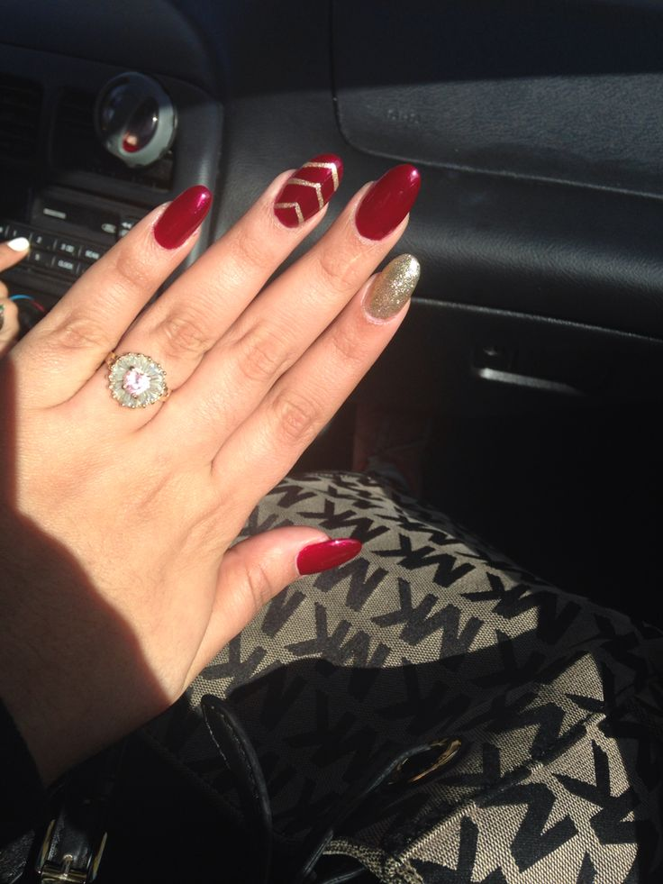 Red and gold nails. Good for Christmas                                                                                                                                                                                 Mehr