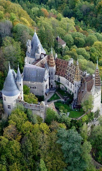 Château de la Rochepot. Le château de la Rochepot est un château fort de style néogothique-bourguignon du xiiie siècle, remanié au xve siècle, entièrement restauré au xixe siècle, avec tuile vernissée de Bourgogne à La Rochepot en Côte-d'Or en Bourgogne.