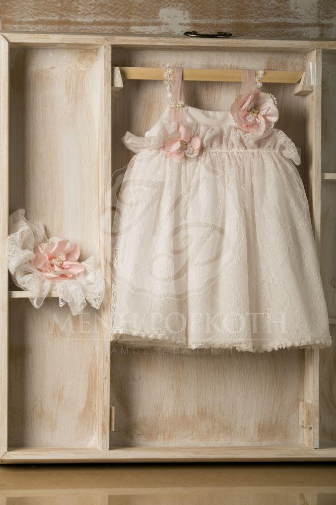 Βαπτιστικά ρούχα για κορίτσι της Stova Bambini φόρεμα σε ιβουάρ απόχρωση με δαντέλα και υφασμάτινα λουλούδια στο μπούστο