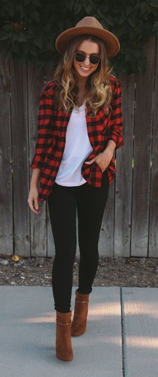 OMG these fall outfit ideas that anyone can wear teen girls or women. The ultimate fall fashion guide for high school or college. Edgy comfy look with a flannel shirt and ankle boots