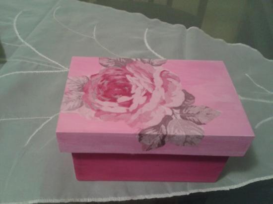 Cajita joyero en tonos rosas , decorada con servilleta decoupage