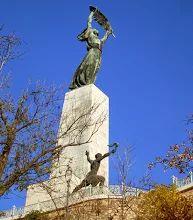 Fotó: Gellért-hegy  A Budapest városképét uraló hegy a Duna jobb partján magasodik, 235 méterrel. A Világörökség részének számító terület a legszebb természeti csoda a fővárosban, mely lentről szemlélve éppúgy felejthetetlen látványt nyújt, mint amilyen a magasból tárul az utazók elé, ha lepillantanak a városra. Népszerű látnivalói közé tartozik a Sziklatemplom, a Citadella, a Szabadság-szobor, Szent Gellért szobra, illetve a nagy vízesés.