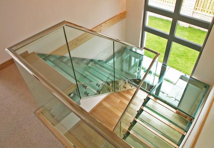 Feature stair with glass balustrade and stainless steel handrail. Glastreppe mit Glasgeländer und Glasstufen. Die Treppenwangen und der Handlauf sind aus hochglanzpoliertem Edelstahl