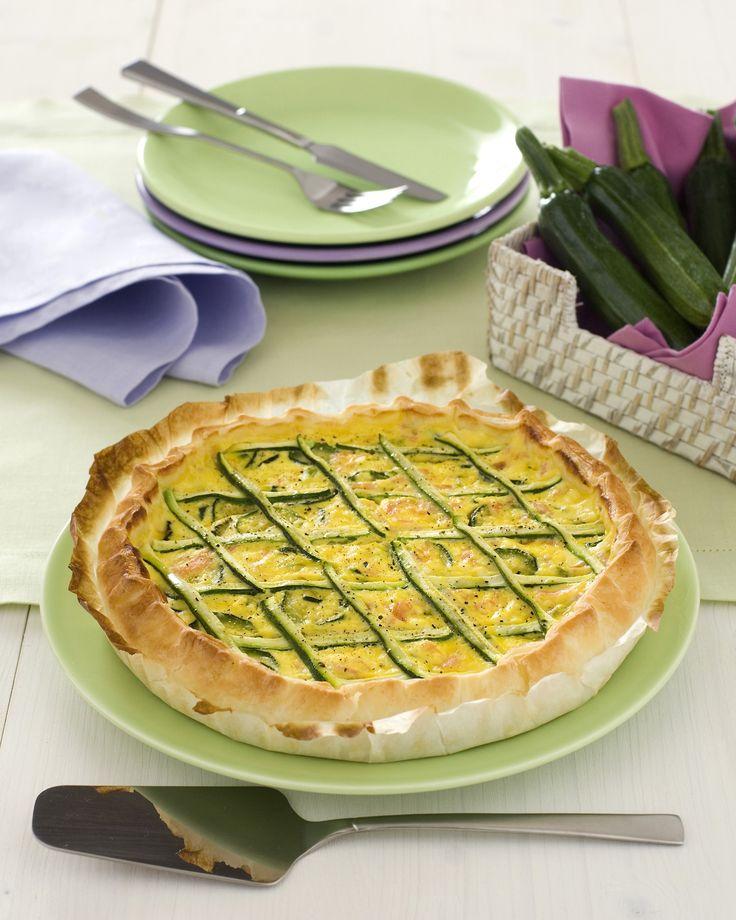 Leggi la ricetta di Sale&Pepe e cucina questa sfiziosa torta salata con un guscio croccante di pasta sfoglia e golosa crema di ricotta, salmone e zucchine.