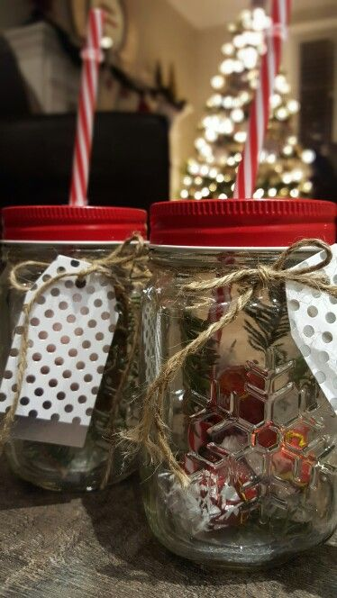 Give a little bit of rustic Christmas joy  in this simple yet adorable jar. Perfect for teachers, babysitters and everybody else on your list!   You will need:   Christmas mason jars , pine clippings, chocolates (I added 3 lindt chocolate balls), jute, gift tags
