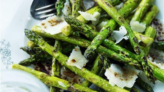 Skär+bort+den+nedersta+delen+på+sparrisstjälkarna.+Stek+på+hög+värme+i+lite+olivolja+ca+2+minuter,+krydda+med+havssalt+under+tiden.+Lägg+på+ett+fat.+Blanda+vinäger+och+olivolja+och+ringla+över.+Krydda+med+svartpeppar+och+strö+på+hyvlad+parmesanost.