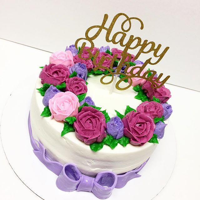 #birthdaycake #whippedcream #buttercream #buttercreamflowers #cute #cake #cakestagram #flowerswreath #wreath #customcakes #cakedecorator