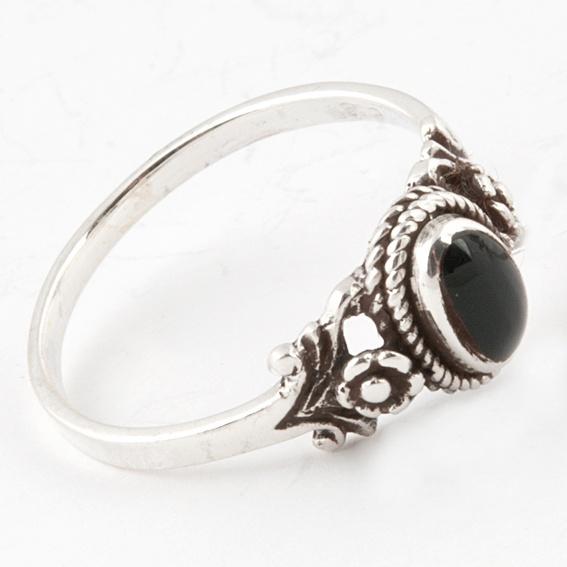 Google-kuvahaun tulos kohteessa http://www.kivakoru.fi/images/kuvat/kn13_2_pikku_romantic_827.jpg    mun suosikki sormuksissa on hopeaa ja Onyx kiveä. huom paksut sormet!