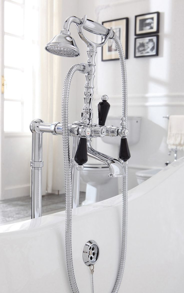 The Collection is decorated by precious handles with Swarosky Elements Black. The profiles enhance the classical elegance of a timeless bathroom. Entering the bathroom turns into a moment of pleasure for body and soul.