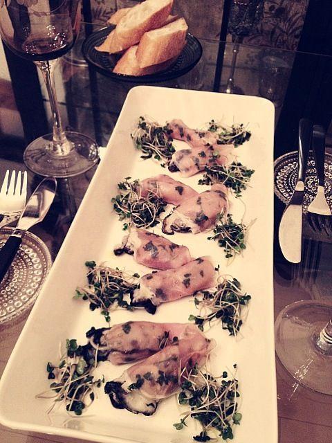ワインで霜降りにした牡蠣をイタリアンパセリとニンニクを塗った生ハムで巻いて焼きましたᵅั◡-ॢ)✧˖°  ブロッコリースプラウトではなく本当はクレソンで作りたかったですが…サラダはEX.Vオリーブオイル、塩、レモンでシンプルに〜 ELLE a'table No.66 掲載レシピ✧ - 133件のもぐもぐ - 男子ウケする最強イタリアン♡vol.3 牡蠣の生ハム巻きとブロッコリースプラウトのサラダ♡♡ by ayamaison