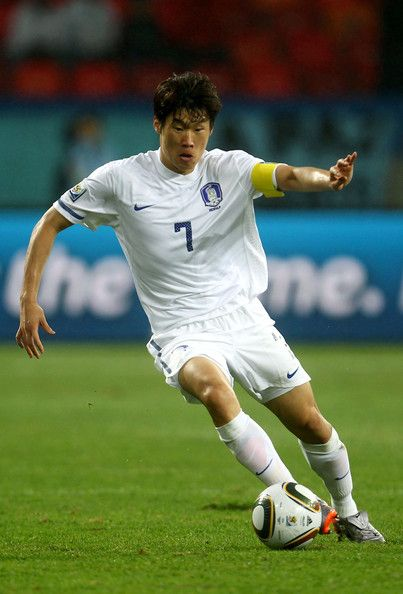 Park Ji-sung Photos - Park Ji-Sung of South Korea in action during the 2010 FIFA World Cup South Africa Round of Sixteen match between Uruguay and South Korea at Nelson Mandela Bay Stadium on June 26, 2010 in Nelson Mandela Bay/Port Elizabeth, South Africa. - Park Ji-sung Photos - 115 of 225