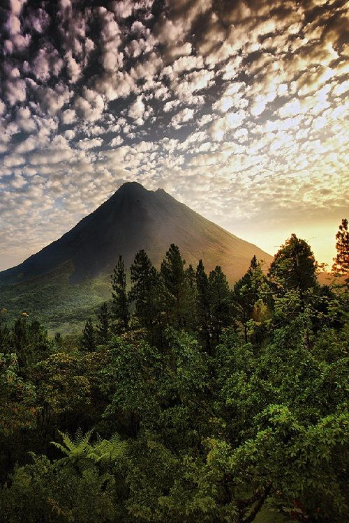 Volcán Arenal, Costa Rica #costaricaensilladeruedas http://www.travel-xperience.com/turismo-accesible/costa-rica