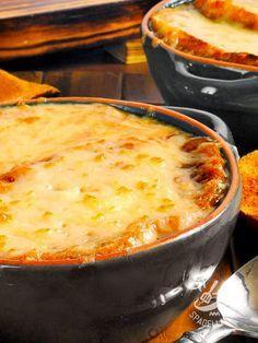 La Zuppa di cavolo verza e fontina alla valdostana è un piatto sostanzioso, preparato con cavolo verza, pane, pancetta e fontina. #cavoloverzagratinato
