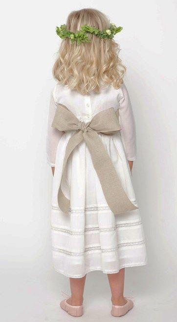 Bonito vestido y bella  combinación.