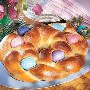 Easter Egg Bread - This braided, slightly sweet yeast bread was such a fun way to get into the Easter spirit.: Grandma Kitchens, Easter Recipes, Breads Recipe, Yeast Breads, Eggs Breads, Sweet Yeast, Easter Eggs, Kitchens Blog, Easter Spirit