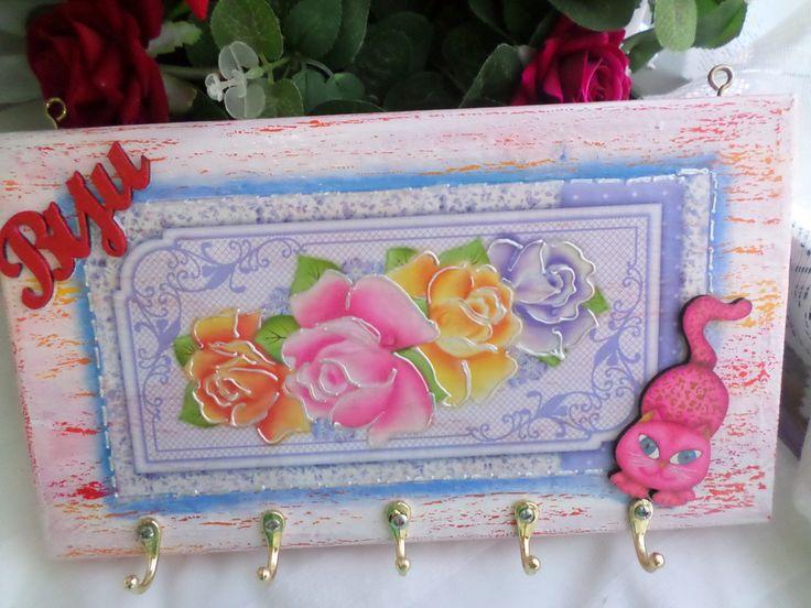 Quadro madeira 30cmx16cm ilustrando peças femininas, predominando a cor rosa, utilizando técnica de pátina, decoupagem e colagem peça em resina pintada. <br>Veja também os outros produtos dos variados ÁLBUNS de nossa loja. <br>Nossas peças apresentam um Ótimo acabamento.