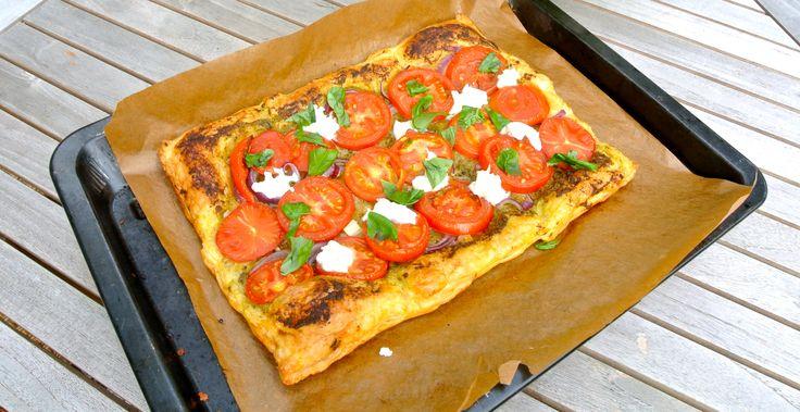 """Een super simpele bladerdeeg pizza of plaattaart maken, heerlijk. Leuk om samen met de kinderen te doen omdat het zo lekker eenvoudig is. Je kunt natuurlijk ook hele andere ingrediënten gebruiken of elk """"vakje"""" van de pizza/taart anders in delen. Met dit gerecht zet je toch nog een beetje de zomer op tafel! Benodigdheden: 6...Lees Meer »"""
