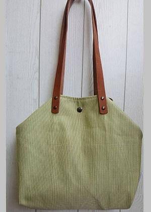 Bolso modelo Green II en tela de algodón y piel. Asas de piel. Forro y bolsillo interior. Cierre doble click.