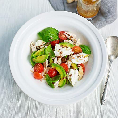 Deze simpele salade staat in een mum van tijd op tafel. Perfect voor doordeweeks en nòg lekkerder op een zomerse dag.    Meng 1 avocado, in plakjes, een handvol gehalveerde kerstomaten, 1 gescheurde bol mozzarella, 1 gekookte kipfilet, in...
